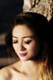 Porträt-im Freien attraktive asiatische Amerikanerin-Augen geschlossen Lizenzfreie Stockfotos