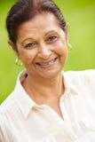 Porträt im Freien der älteren indischen Frau Stockfotografie