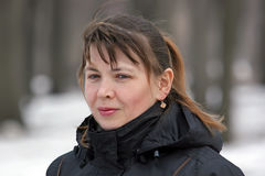 Porträt im Freien der durchdachten attraktiven Frau Stockfoto