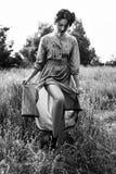 Porträt im Freien der Frau im Kleid auf dem Gebiet Schwarzweiss-Foto Pekings, China Lizenzfreie Stockbilder