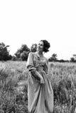 Porträt im Freien der Frau im Kleid auf dem Gebiet Schwarzweiss-Foto Pekings, China Lizenzfreie Stockfotografie