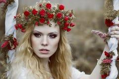 Porträt im Freien der jungen blonden Frau Lizenzfreies Stockbild