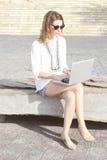 Porträt im Freien der jungen Frau mit Laptop Lizenzfreie Stockbilder