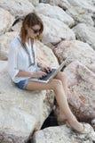 Porträt im Freien der jungen Frau mit Laptop Lizenzfreie Stockfotografie