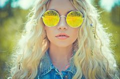 Porträt im Freien der jungen Hippiefrau Lizenzfreie Stockfotos
