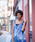 Porträt im Freien der jungen modernen Afroamerikanerfrau Lizenzfreies Stockfoto