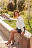 Porträt im Freien der jungen Schönheit aufwerfend auf Straße am sonnigen Tag Weibliche Mode Junge Frau der Schönheit auf städtisc Stockfotografie