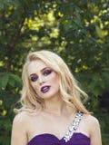 Porträt im Freien der jungen Schönheit der Mode mit langem blon Stockfotos