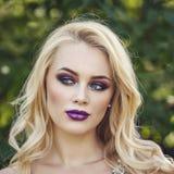 Porträt im Freien der jungen Schönheit der Mode mit langem blon Stockfoto