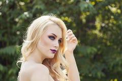 Porträt im Freien der jungen Schönheit der Mode mit langem blon Lizenzfreies Stockbild