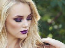 Porträt im Freien der jungen Schönheit der Mode mit langem blon Stockbilder