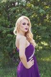 Porträt im Freien der jungen Schönheit der Mode mit langem blon Lizenzfreie Stockfotos