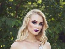 Porträt im Freien der jungen Schönheit der Mode mit langem blon Stockbild