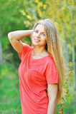 Porträt im Freien der jungen Schönheit mit dem schicken Haar Lizenzfreies Stockbild