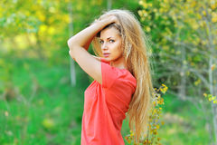 Porträt im Freien der jungen Schönheit mit dem schicken Haar Lizenzfreie Stockfotos