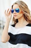 Porträt im Freien der modernen jungen Frau in der Sonnenbrille - clos Lizenzfreies Stockbild