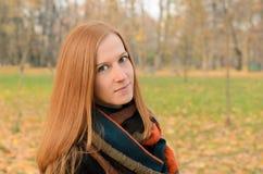 Porträt im Freien der roten behaarten Frau mit grünen Augen lizenzfreies stockfoto