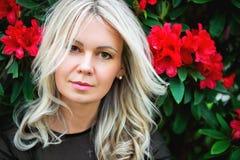 Porträt im Freien der schönen blonden Frau Stockfotografie