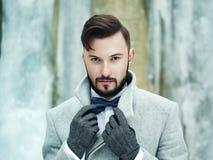 Porträt im Freien des gutaussehenden Mannes im grauen Mantel stockfoto