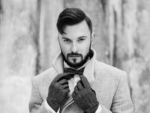 Porträt im Freien des gutaussehenden Mannes im grauen Mantel Lizenzfreie Stockfotografie