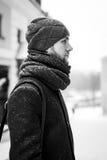 Porträt im Freien des gutaussehenden Mannes im grauen Mantel Art und Weisefoto Schönheitswinter-Schneefallart Rebecca 6 Lizenzfreie Stockbilder