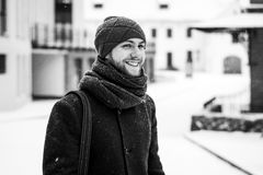 Porträt im Freien des gutaussehenden Mannes im grauen Mantel Art und Weisefoto Schönheitswinter-Schneefallart Rebecca 6 Lizenzfreies Stockbild