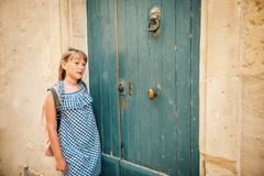 Porträt im Freien des hübschen Kindermädchens Stockbild