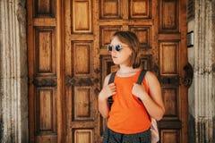 Porträt im Freien des hübschen Kindermädchens Stockfoto