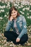 Porträt im Freien des jungen Jugend-Mädchens mit 16 Jährigen Stockfotografie
