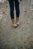 Porträt im Freien des jungen schönen glücklichen Mädchens, das auf Straße aufwirft Vorbildliche tragende stilvolle warme Kleidung Stockfotos