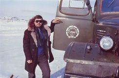 Porträt im Freien des jungen sowjetischen Fahrers nahe seinem LKW Lizenzfreies Stockbild
