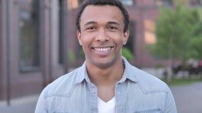 Porträt im Freien des lächelnden afrikanischen Mannes stock video
