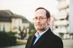 Porträt im Freien des Mannes mit 50 Jährigen Stockbild