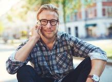 Porträt im Freien des modernen jungen Mannes Lizenzfreie Stockbilder