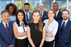 Porträt im Freien des multikulturellen Geschäfts-Teams lizenzfreie stockfotografie