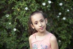 Porträt im Freien des schönen kleinen Mädchens Stockfotografie