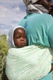 Porträt im Freien des schönen Schwarzafrikanerbabys hielt durch ihr mot Stockfoto