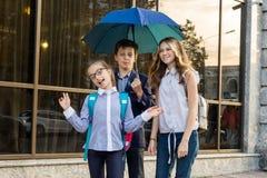 Porträt im Freien einer Gruppe Jugendschulkinder Lizenzfreies Stockbild