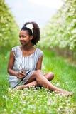 Porträt im Freien einer jungen schönen Afroamerikanerfrau - B lizenzfreie stockfotos