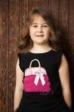 Porträt im Freien einer netten stehenden folgenden Holztür des kleinen Mädchens Lizenzfreie Stockfotografie