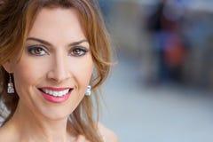 Porträt im Freien einer schönen jungen Frau in ihre dreißiger Jahre lizenzfreie stockbilder