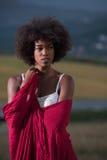 Porträt im Freien einer schwarzen Frau mit einem Schal Lizenzfreies Stockfoto
