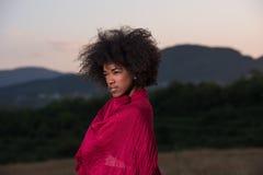 Porträt im Freien einer schwarzen Frau mit einem Schal Stockfotos