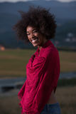 Porträt im Freien einer schwarzen Frau mit einem Schal Lizenzfreie Stockbilder