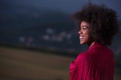 Porträt im Freien einer schwarzen Frau mit einem Schal Lizenzfreie Stockfotografie