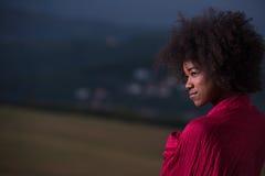 Porträt im Freien einer schwarzen Frau mit einem Schal Stockfoto