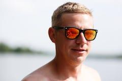 Porträt im Freien eines hübschen jungen Mannes lizenzfreie stockfotografie