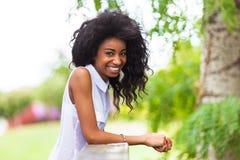 Porträt im Freien eines jugendlichen schwarzen Mädchens - afrikanische Leute Stockbild