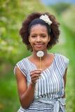 Porträt im Freien eines jungen schönen Afroamerikanerfrau hol Stockbild