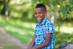 Porträt im Freien eines netten jugendlichen schwarzen Jungen - afrikanische Leute stockfotos